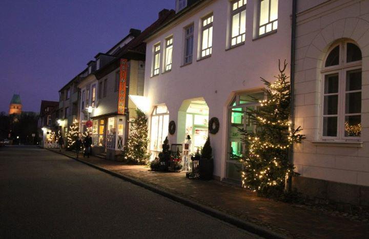 Die Straße ist weihnachtlich geworden und auch …